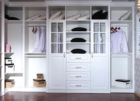 整木定制厂家简析定制衣柜与木工衣柜的优缺点